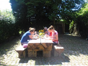 Samen eten op de binnenplaats